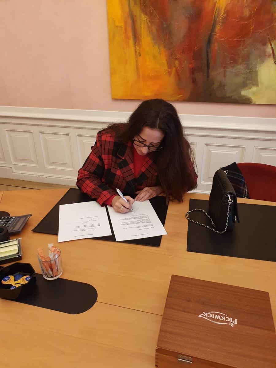 Bestuurslid Ambragiada tekent de notariële akte
